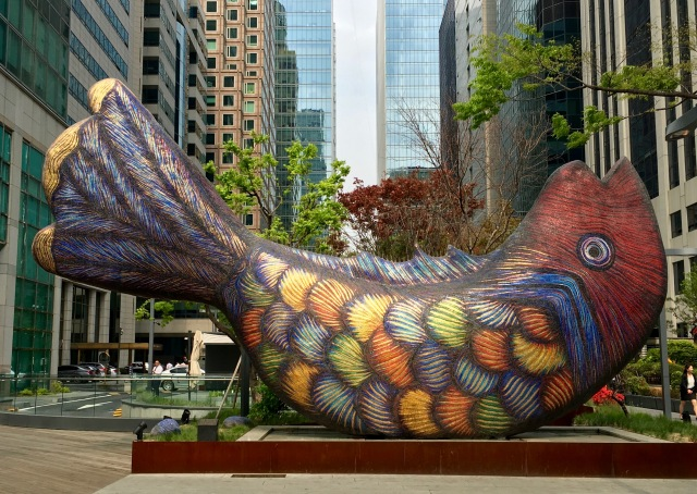 I saw this giant fish sculpture on the way to the park from Yeouido Station